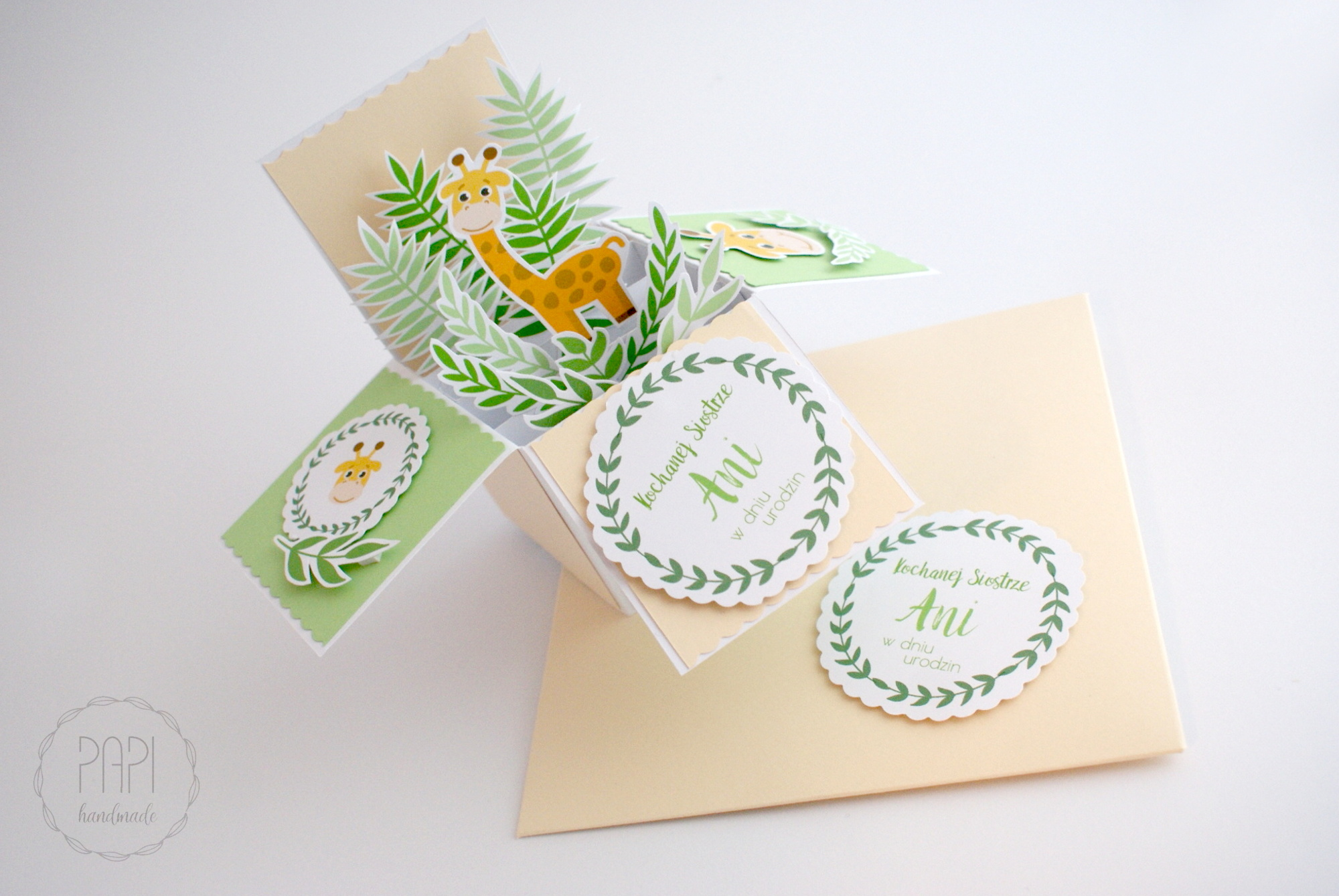 card in box z żyrafą radosny
