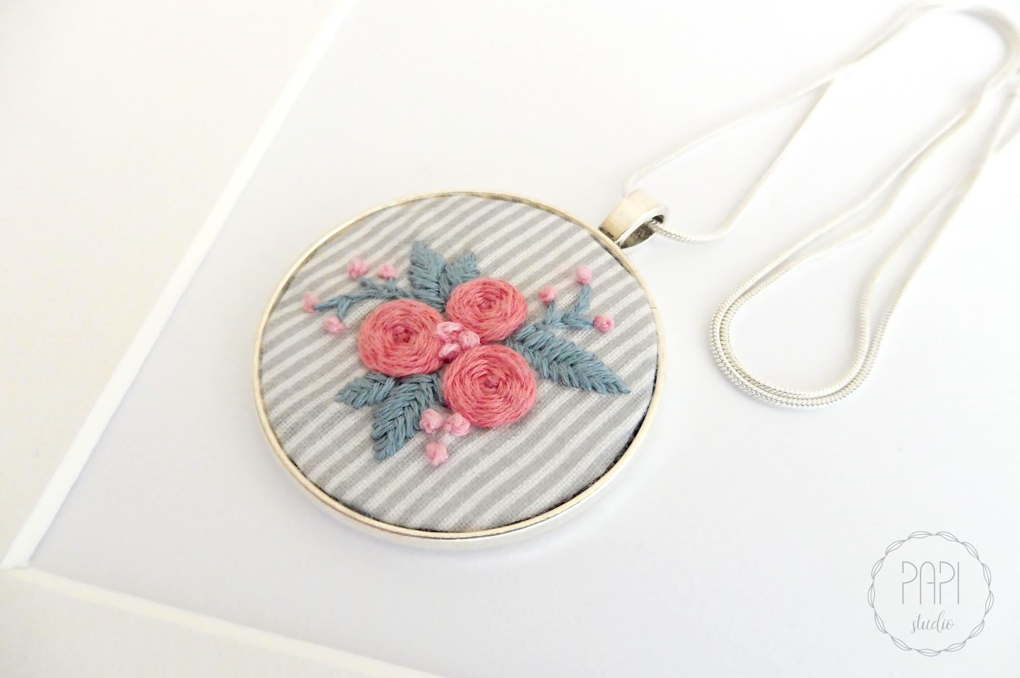 ręcznie haftowany naszyjnik z kwiatkami pomysł na prezent dla niej
